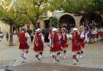 Imagem de catalães dançando uma dança típica de sua cultura