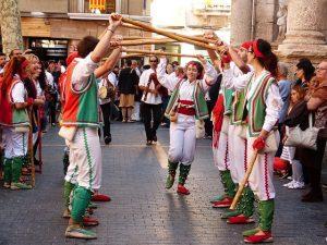 Imagem de pessoas dançando o ball de bastons