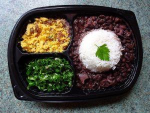 Imagem de bandeja com farova, couve picada, arroz e feijão