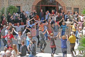 Imagem de várias pessoas dançando a sardana