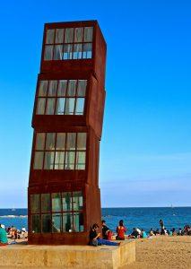 Imagem do monumento L'estel ferit, na praia de Barceloneta