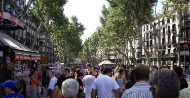 Imagem de pessoas andando em Les Rambles