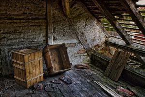 Imagem de lugar fechado com caixas jogadas no chão