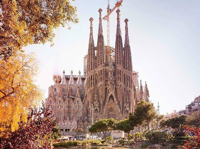 Fall is falling on Barcelona Look how beautiful gaud shellip