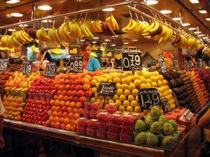 Imagem de um estande de frutas no La Boqueria