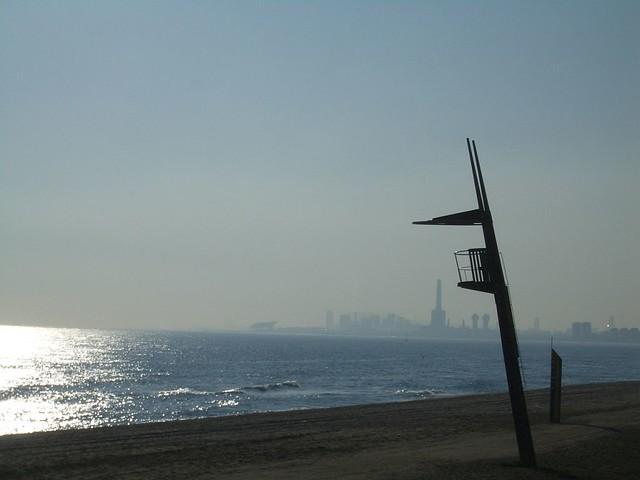 O mar de Barcelona refletindo o sol