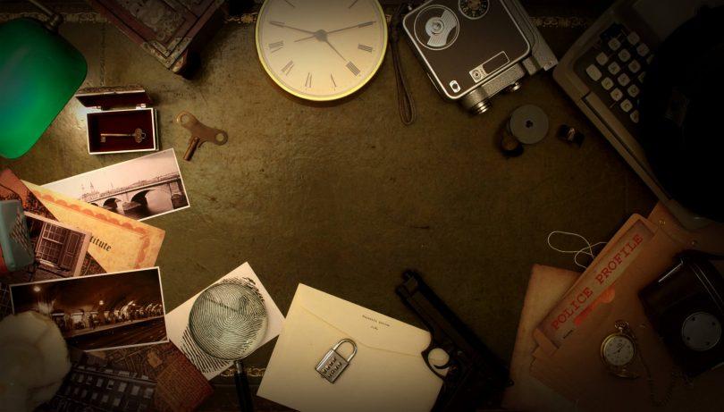 Imagem de objetos como relógio e agenda usados para jogo de escape room