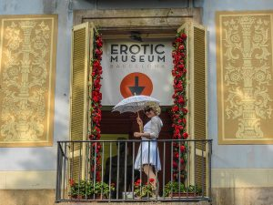 Imagem de uma mulher no terraço do museu erótico de Barcelona