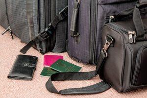 Bolsas de viagem e carteiras no chão do aeroporto