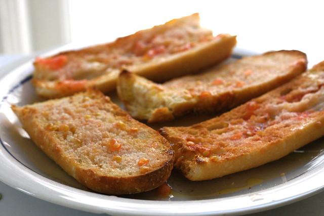 Pão com tomate é uma das principais iguarias da cidade
