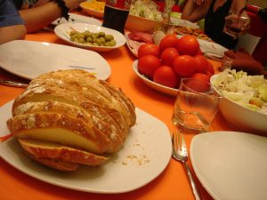 O passo a passo da preparação do pão com tomate é bem simples