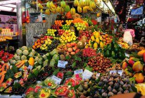 Imagem de muitas caixas de frutas no mercado La Boqueria