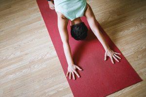 Imagem de praticante de ioga sobre tapete