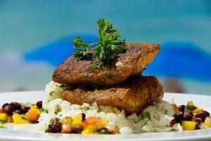 Imagem de filés sobre arroz e outros ingredientes