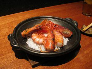 Culinária japonesa: camarões assados, atração dos restaurantes de Barcelona