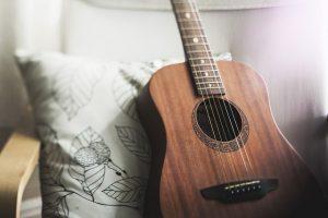 Imagem de violão sobre almofada