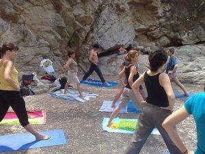 Imagem de pessoas praticando Yoga ao ar livre