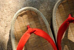 Zori, o par de sandálias japonesas que serviram de inspiração para a criação das Havaianas