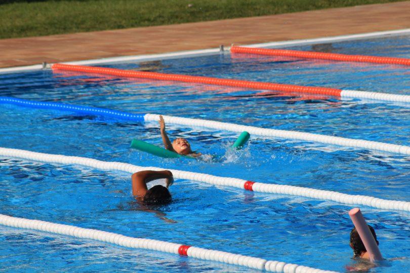 Imagem de pessoas fazendo aula de natação