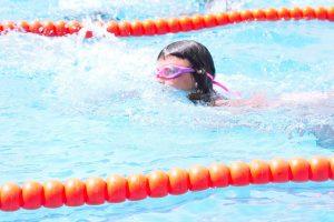 Imagem de criança em aula de natação