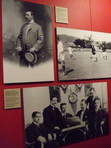 À esquerda, Joan Gamper, fundador do FC Barcelona. Em 1899, a língua catalã não era oficial no clube.