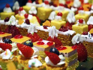 Imagem de doces confeitados com frutas