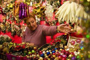 Imagem de senhora em uma feira natalina de Barcelona
