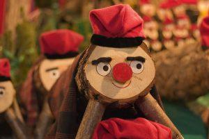 Este simpático enfeite do Natal catalão é o Caga Tió