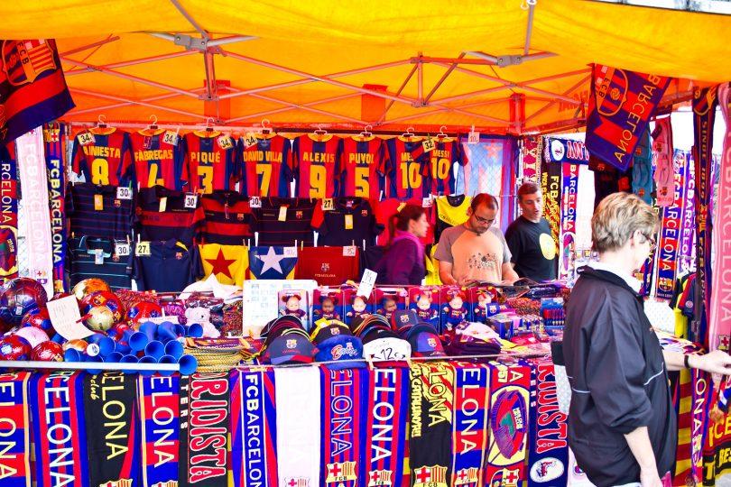 Imagem de produtos do Barça em estande aberto
