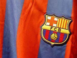 Imagem do escudo do Barça estampado na camisa