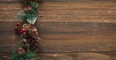 Imagem de painel de madeira com enfeite de Natal