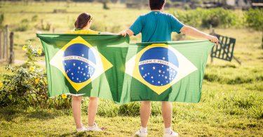 Imagem de pessoas segurando bandeiras do Brasil