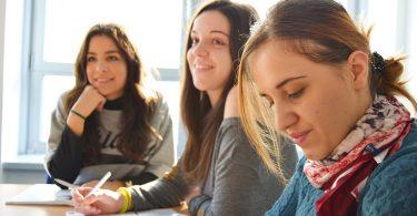 Imagem de alunas estudando