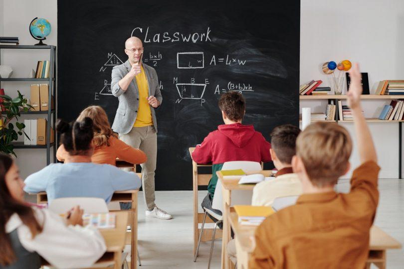 Professor ensinando os alunos na sala de aula