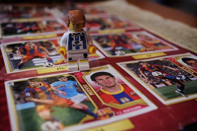 Bonequinho em cima de um álbum de figurinhas do Barça