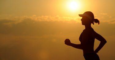Imagem de mulher praticando corrida