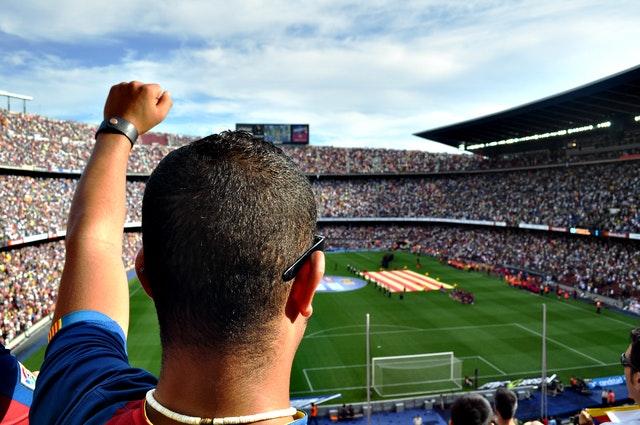 Torcedor comemora a entrada do Barcelona em campo