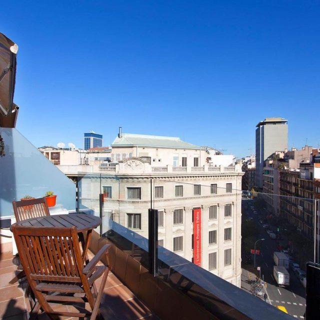 Una maravillosa terraza de un piso de ShBarcelona barcelona househellip