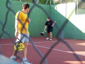 O padel tem semelhanças em relação ao tênis, e tem crescido em popularidade