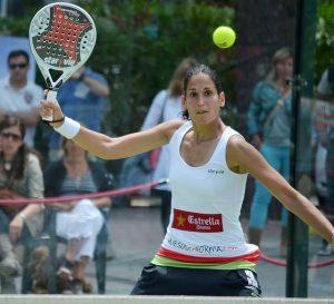 Imagem de mulher jogando padel