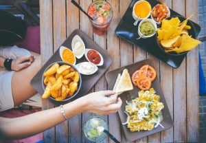 Imagem de petiscos sobre a mesa