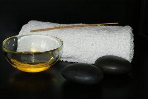 As pedras de basalto e o óleo de amêndoas doces são indispensáveis para uma boa massagem