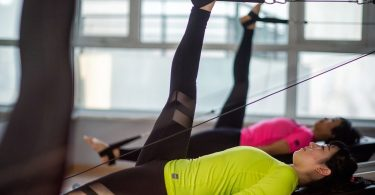 Praticar Pilates é uma ótima maneira de manter a boa forma física