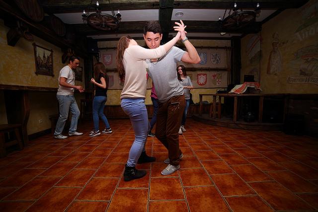Que tal comemorar sua despedida de solteira ou solteiro em Barcelona com aulas de dança?