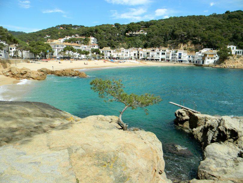 Imagem de uma praia da Costa Brava