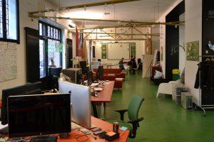 Coworking significa trabalhar de modo autônomo em um ambiente com profissionais como você. Busque já um espaço coworking em Barcelona!