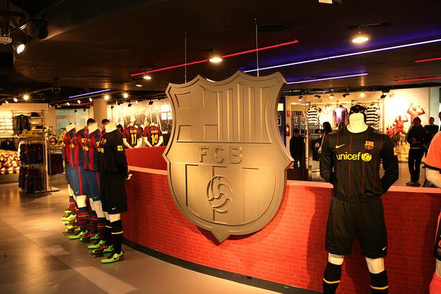 Os produtos esportivos do FCB são uma ótima sugestão de lembrancinha de Barcelona