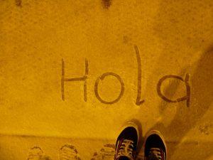 Imagem da palavra 'Hola' escrita no chão
