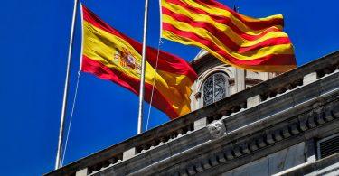 Imagem das bandeiras da Catalunha e da Espanha
