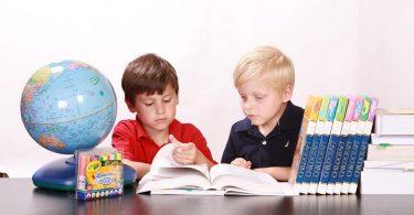 Crianças estudando com muita dedicação